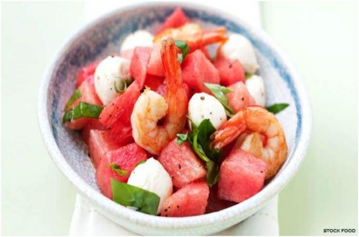ensaladas frías super originales para el verano, ensalada con sandía, gambas queso mozzarella y albahacas frescas