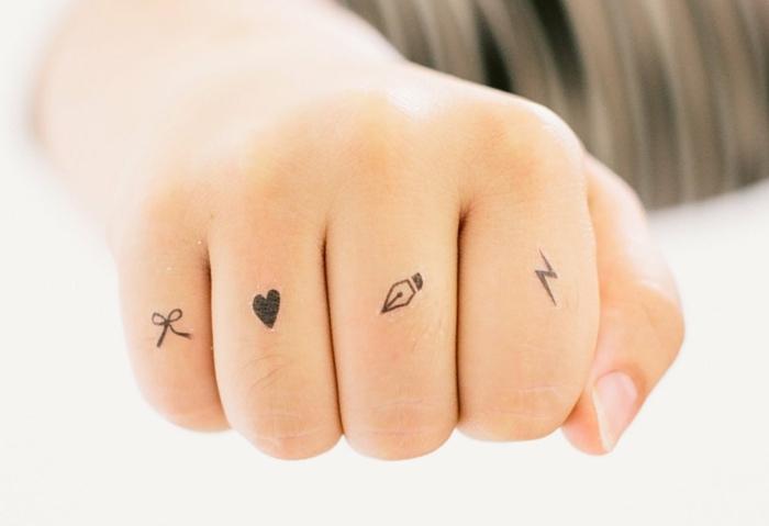 tatuajes par niños falsos, pequeños detalles tatuados en los dedos, tatuajes en estilo minimalista