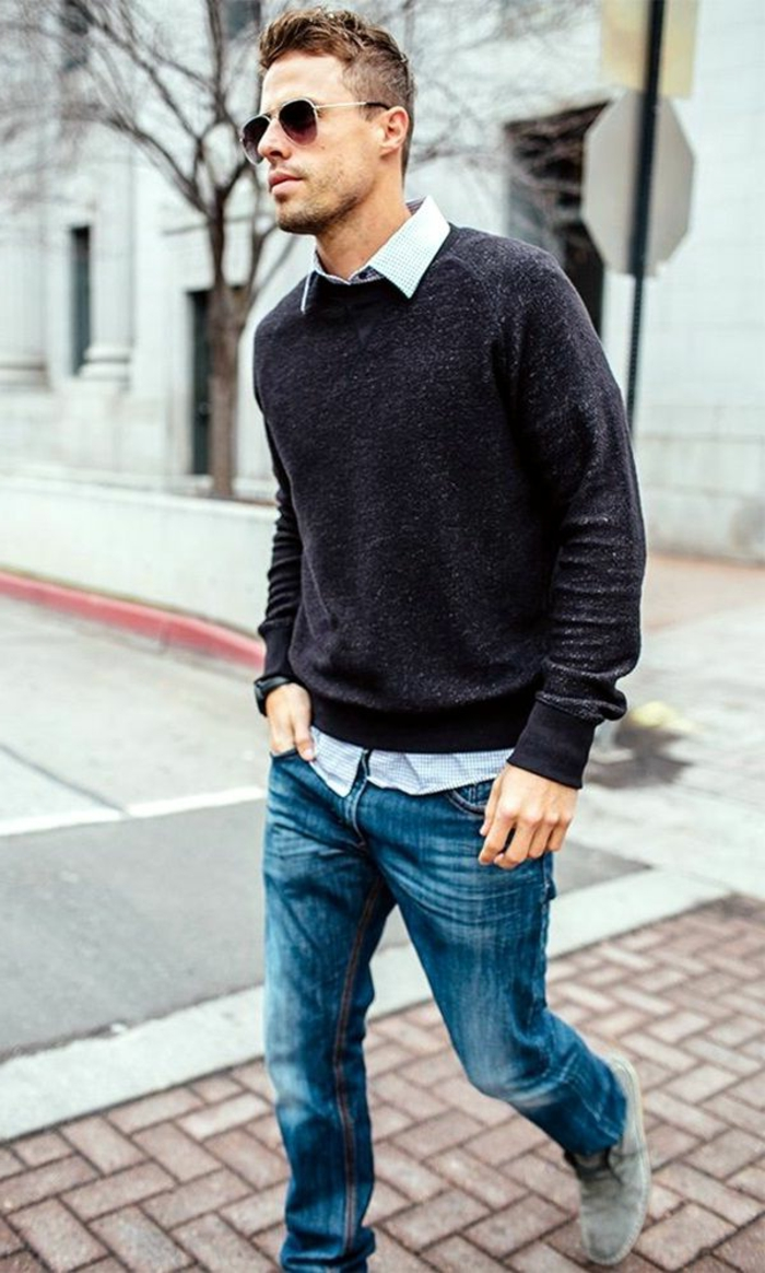 propuestas sobre como vestir casual hombre, vaqueros claros con camisa color blanco y jersey gris oscuro