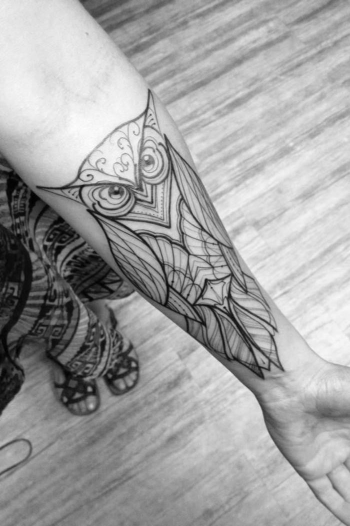 tattoo geometrico con buho, adorables propuestas de tatuajes antebrazo mujer, diseños de tatuajes originales