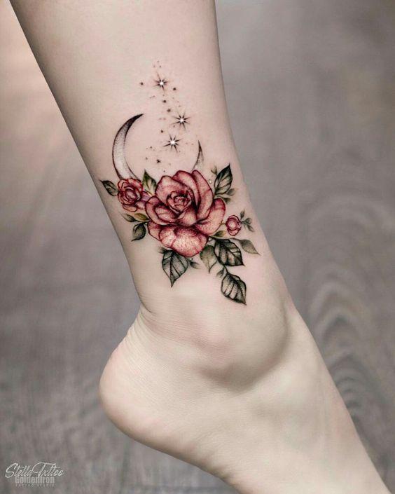 tatuajes con rosas simbólicos, tatuaje pierna mujer, dibujo de luna, estrellas y rosas, tattoos con significado