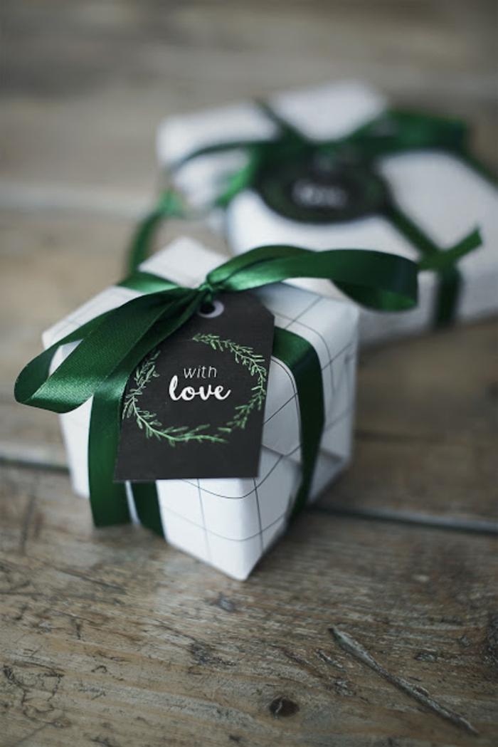 pequeños regalos envueltos en papel blanco con cinta decorativa color verde, más de 100 ideas