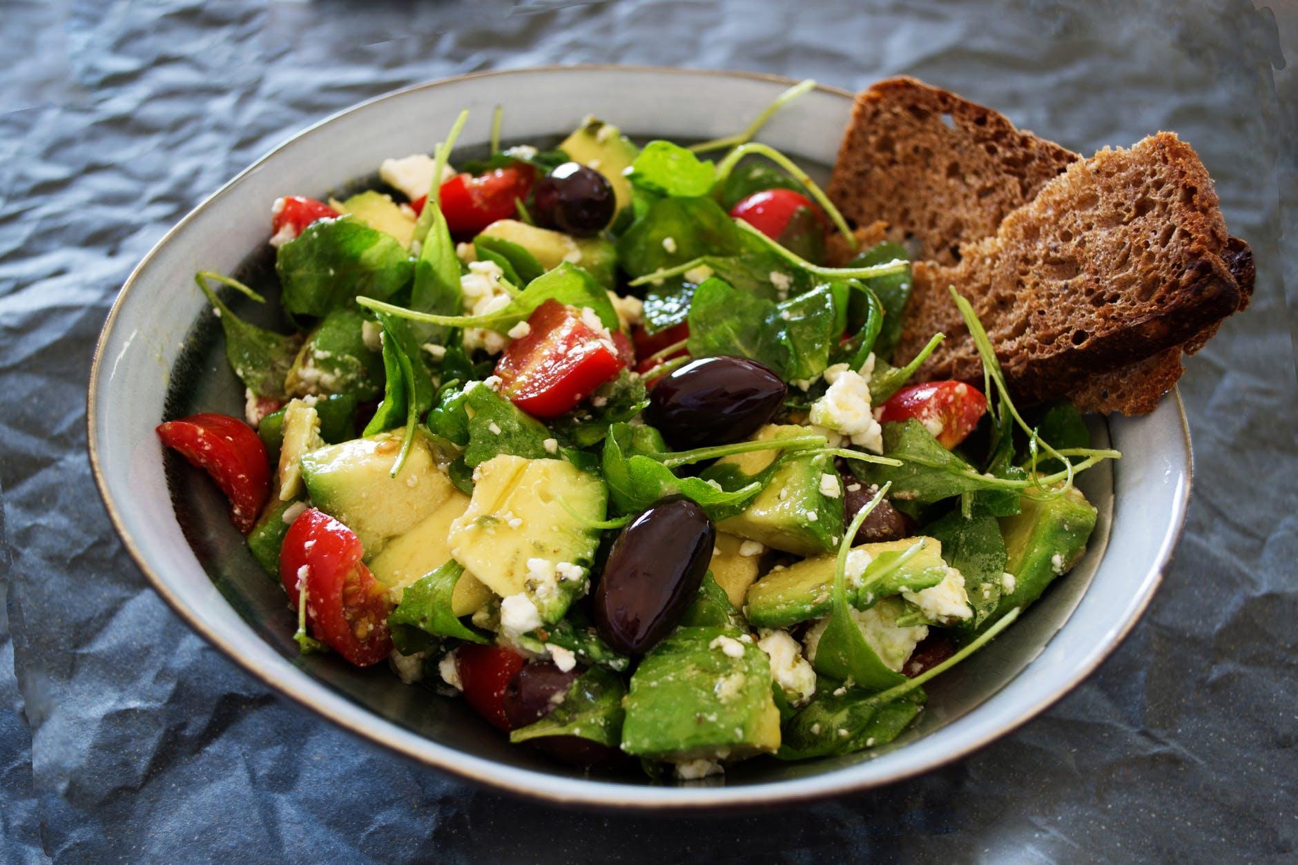 ensaladas con aguacate fáciles y ricas para hacer en casa, ensalada con verduras, tomates y aceitunas negras
