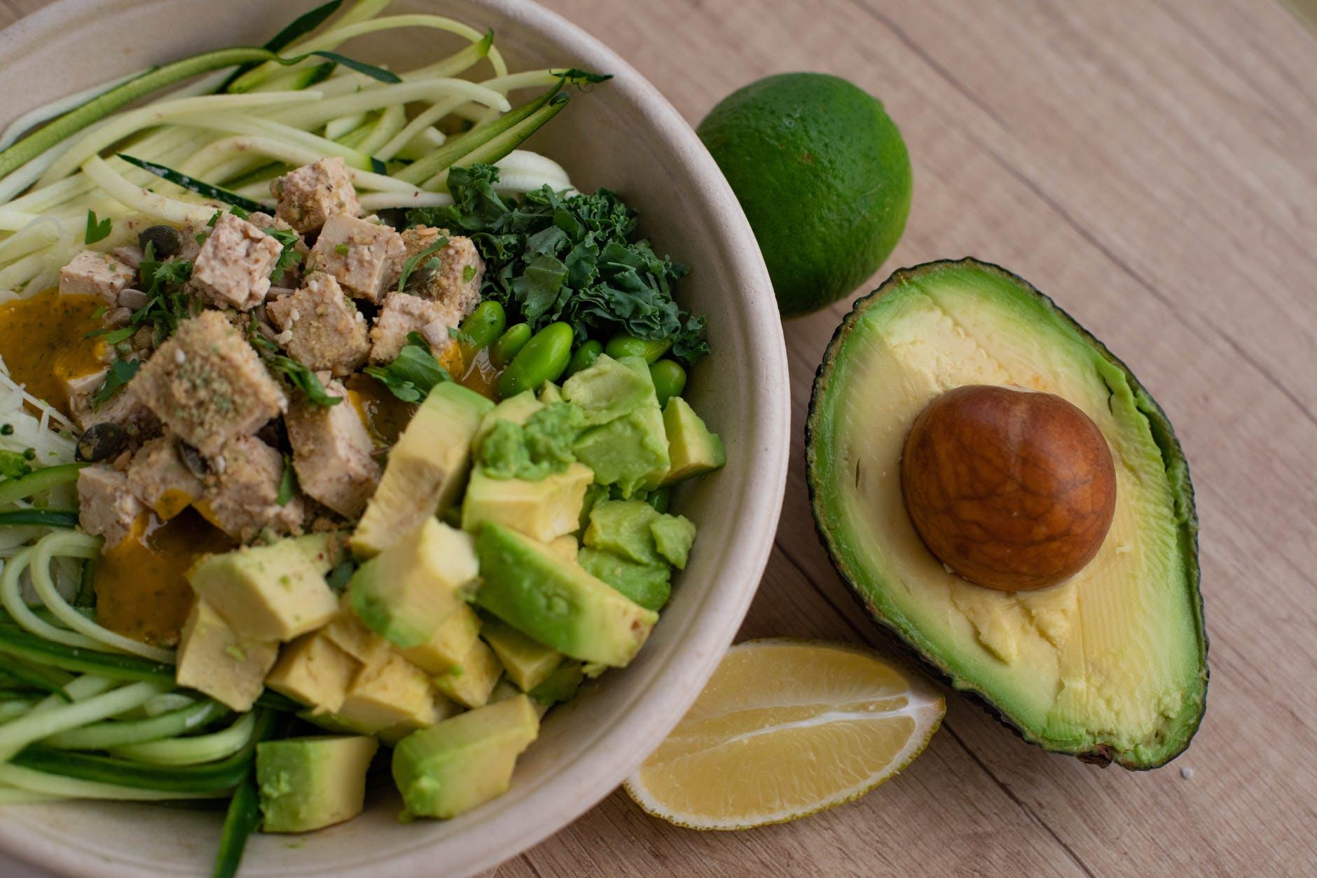 ensaladas frias super ricas, ensalada verde con aguacate, cebollín, atún y lima, ensaladas fáciles de hacer