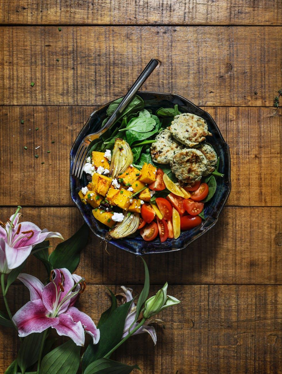 ideas de comidas de verano faciles y rapidas, ensalada de batatas, albóndigas vegetarianas de calabacines, espinacas, cebolla y tomates cherry