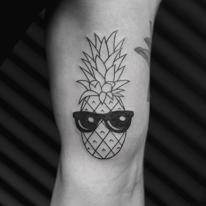 tattoo geometrico en el brazo, bonitos diseños de tatuajes lineales, tatuaje piña super original