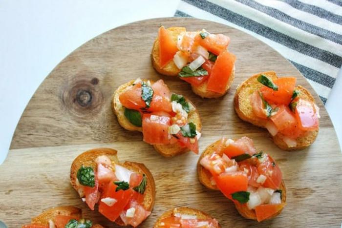 canapes sencillos para hacer en casa, combinación clásica de tomates y albahacas con aceite de oliva