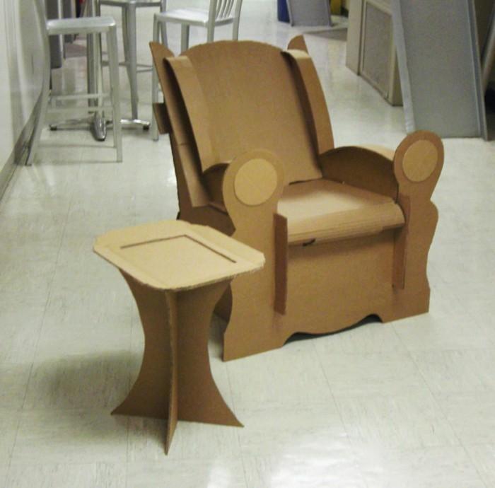 adorable mesa pequeña y sillón en estilo vintage hechos de cartón, reciclaje en el diseño de interiores