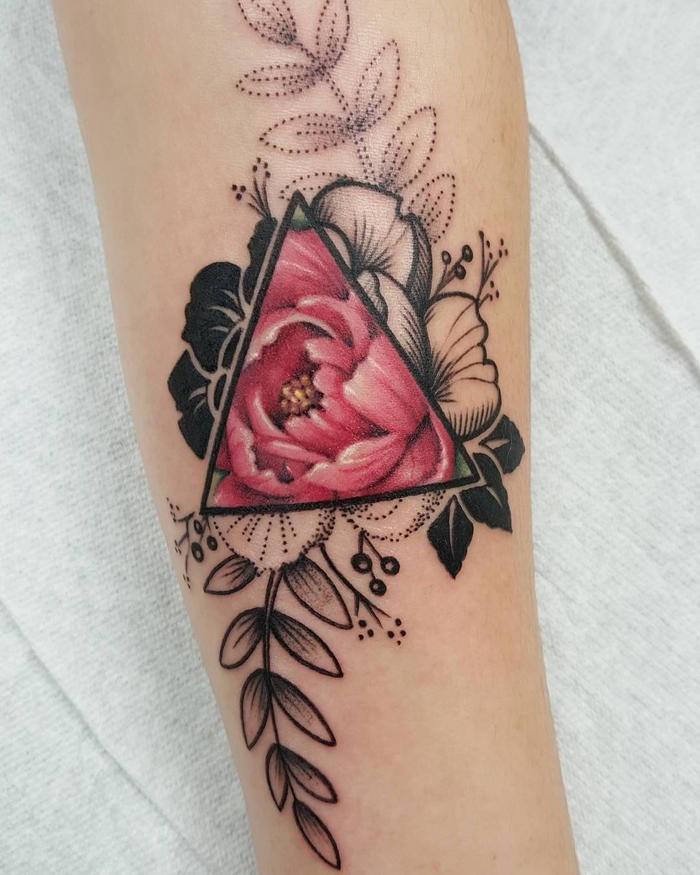 adorables ideas de tatuajes lineas, tatuaje triangulo con flores en color negro y rojo, ideas de tatuajes en la pierna