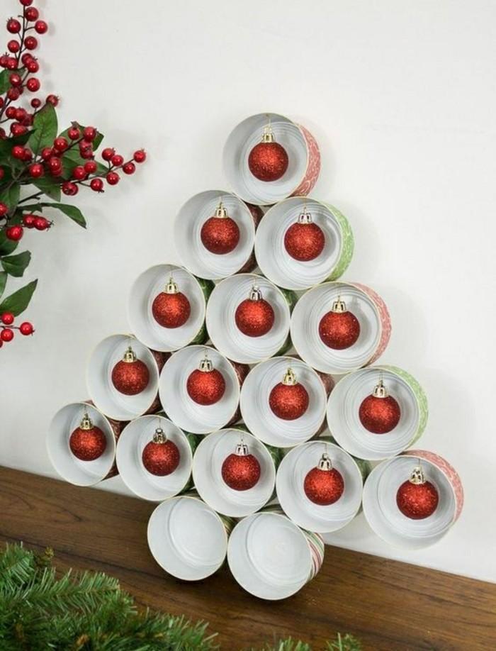 adorables propuestas de decoración con latas reutilizadas, árbol navideño hecho de latas