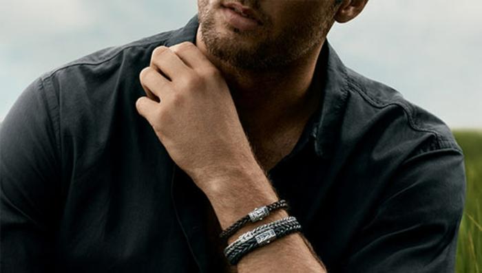 ideas de ropas bussines casual hombre, camisa moderna en color gris oscuro, accesorios bonitos de cuero
