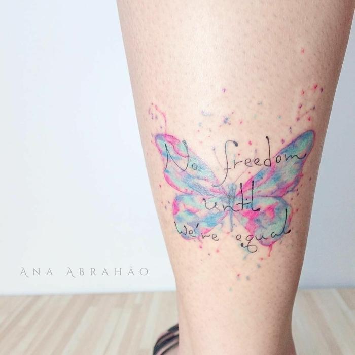 bonitos diseños de tatuajes en la pierna, tatuaje en colores pastel, ideas de tattoos con letras