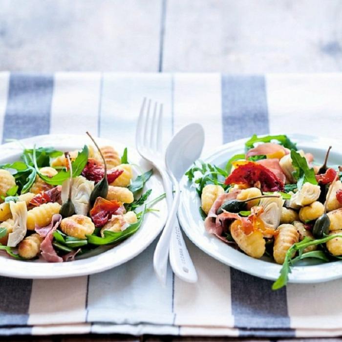 ideas de ensaladas navideñas, ensalada con gnochi, verduras, jamón y aceitunas negras