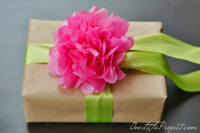 bonita combinación de colores, caja con regalo envuelta en papel craft con cinta color verde y flor en rosado