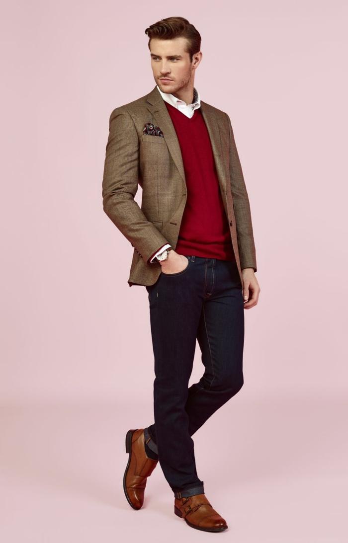 ideas inusuales de bussines casual hombre, jersey color rojo fuego, vaqueros oscuros y chaqueta color ocre