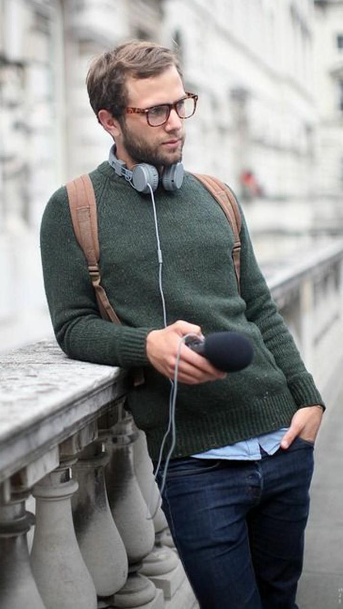 ideas de vestimentas bussines casual hombre, outfit estilo elegante casual con vaqueros y jersey verde