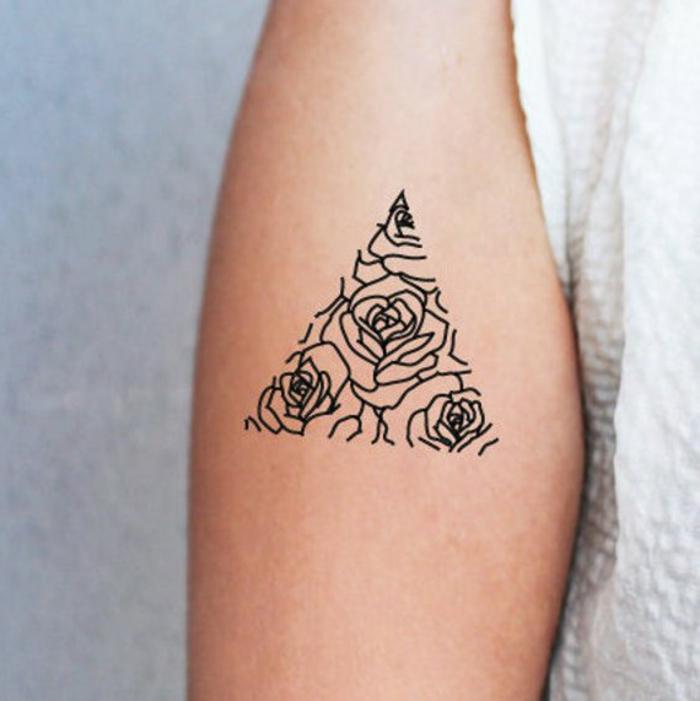 las mejores propeustas de tatuajes falso mujer, tatuaje geométrico con motivos florales en el antebrazo