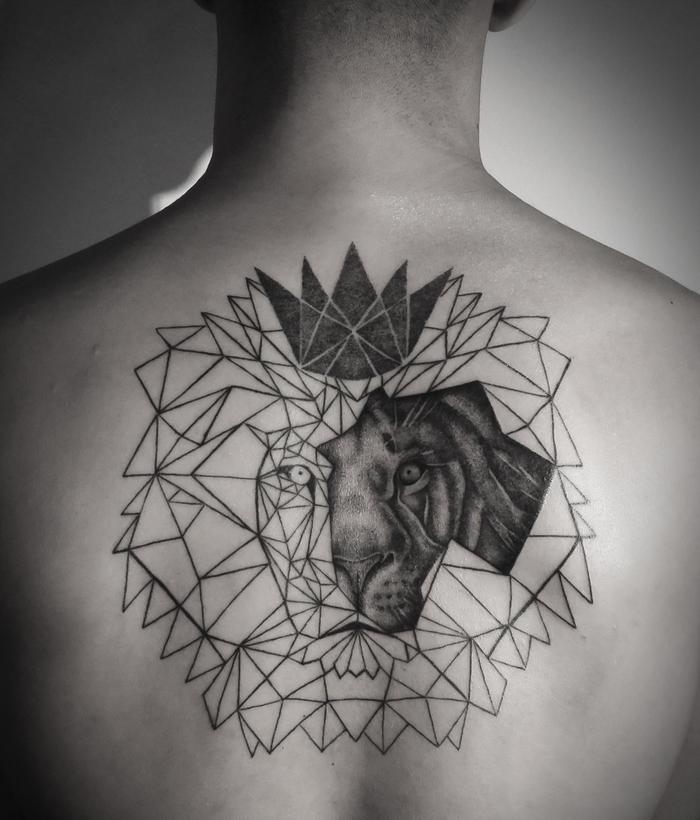 precioso tatuaje en la espalda, tattoo león super original, diseños de tatuajes para hombres