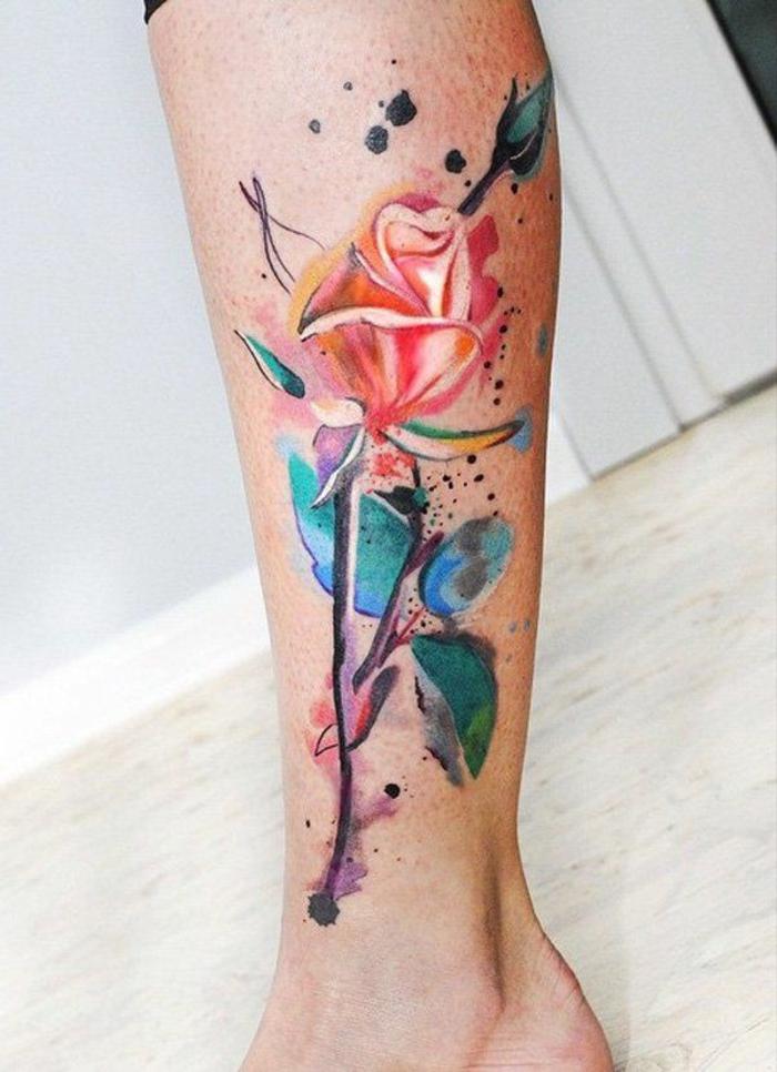 tatuajes en la pierna con flores y rosas acuarelas, bonito diseño tatuaje en la pierna en colores