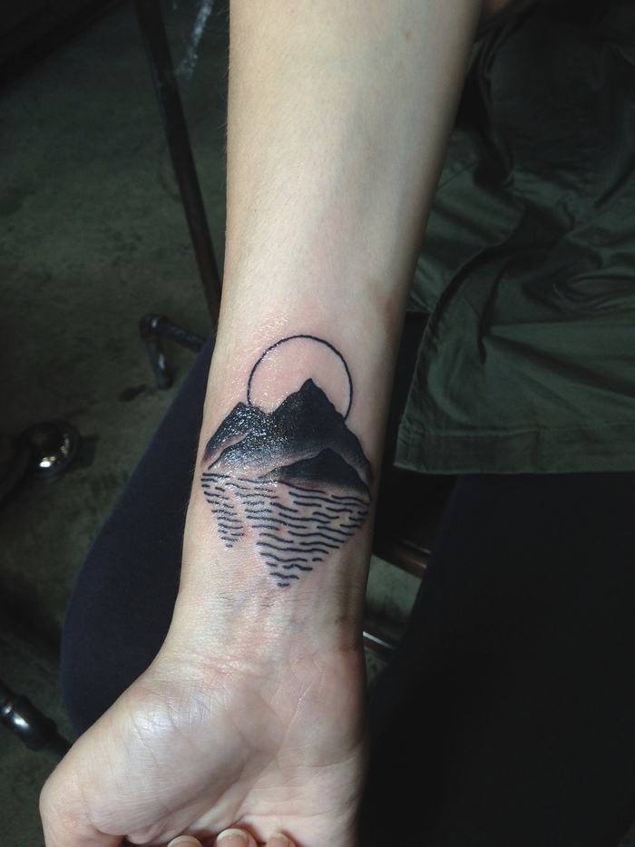 tatuajes lineas originales con dibujos de paisajes, precioso diseño de tatuaje con paisaje montañoso