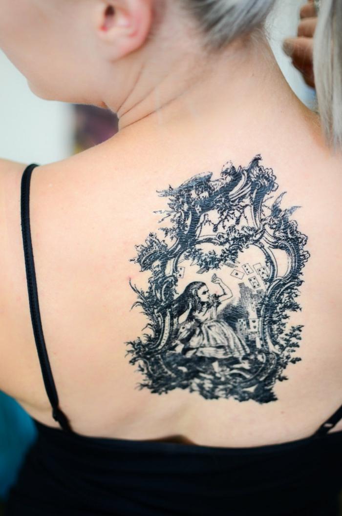 grande tatuaje en la espalda inspirado en Alicia en el país de las maravillas, propuestas de tattoos falsos