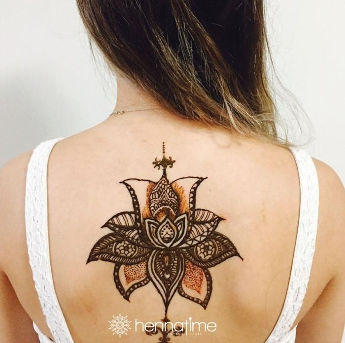 increíbles propuestas de tatuajes con henna no permantentes, tattoo flor de loto en la espalda