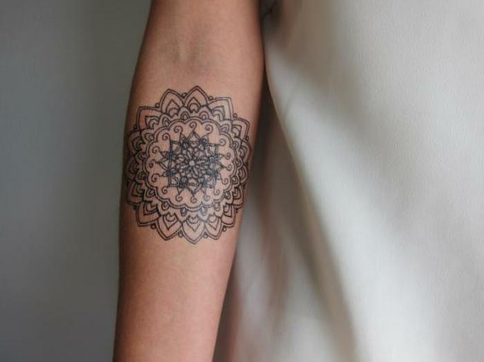 tatuajes adhesivos originales para mujeres, bonito diseño en el antebrazo, ideas de tattoos falsos