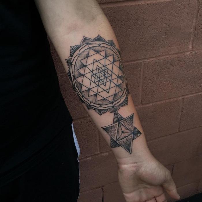diseño geométrico bonito tatuado en el antebrazo, ideas de tatuajes simples con detalles simbólicos