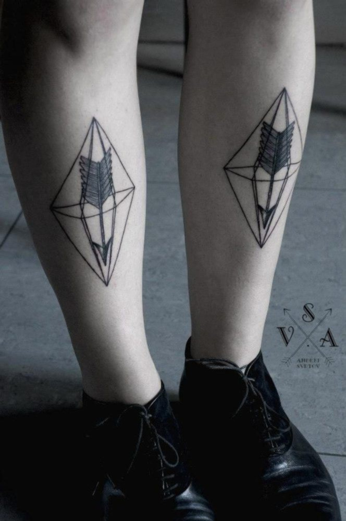 dos tatuajes geométricos en las pantorrillas, tatuajes rombo con flechas, originales diseños en imagines