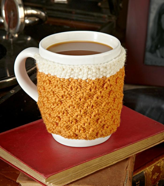abrigo para tazas de crochet hecho a mano, bonitas ideas de manualidades para el dia del padre