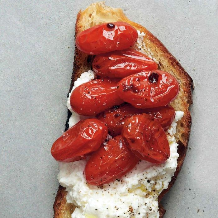 como hacer canapes originales para sorprender a tus invitados, tostada con tomates uva y queso ricotta
