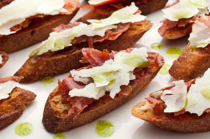 ideas de tapas para navidad, tostadas de pan integral con queso, jamón y pesto casero, recetas faciles y rápidas