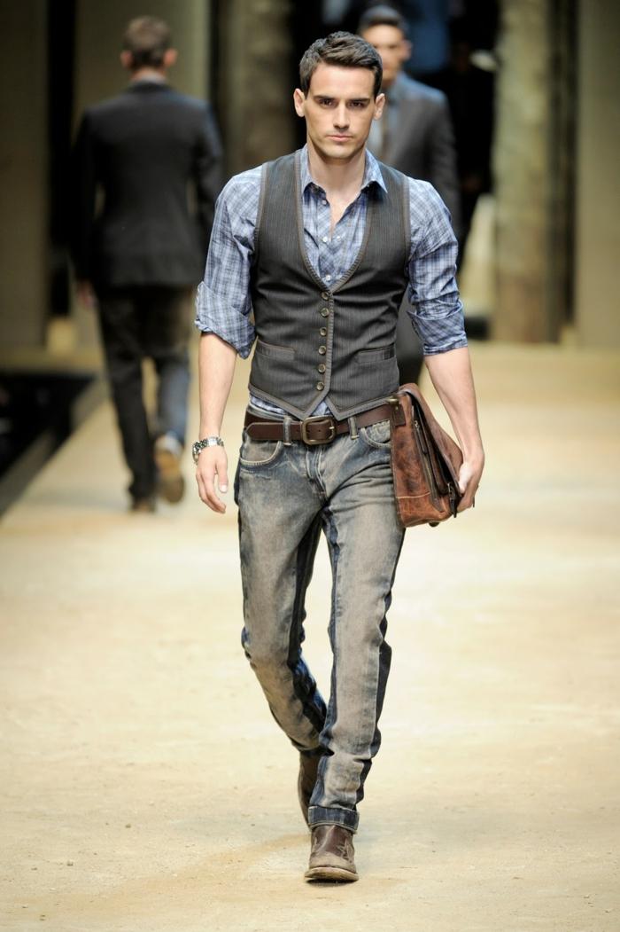 interesantes propuestas de bussines casual hombre, vaqueros originales, chaleco de denim y camisa azul