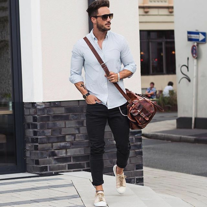 pantalones negros pitillo hasta el tobillo, zapatillas y camisa azul en estilo casual, ideas de bussines casual hombre