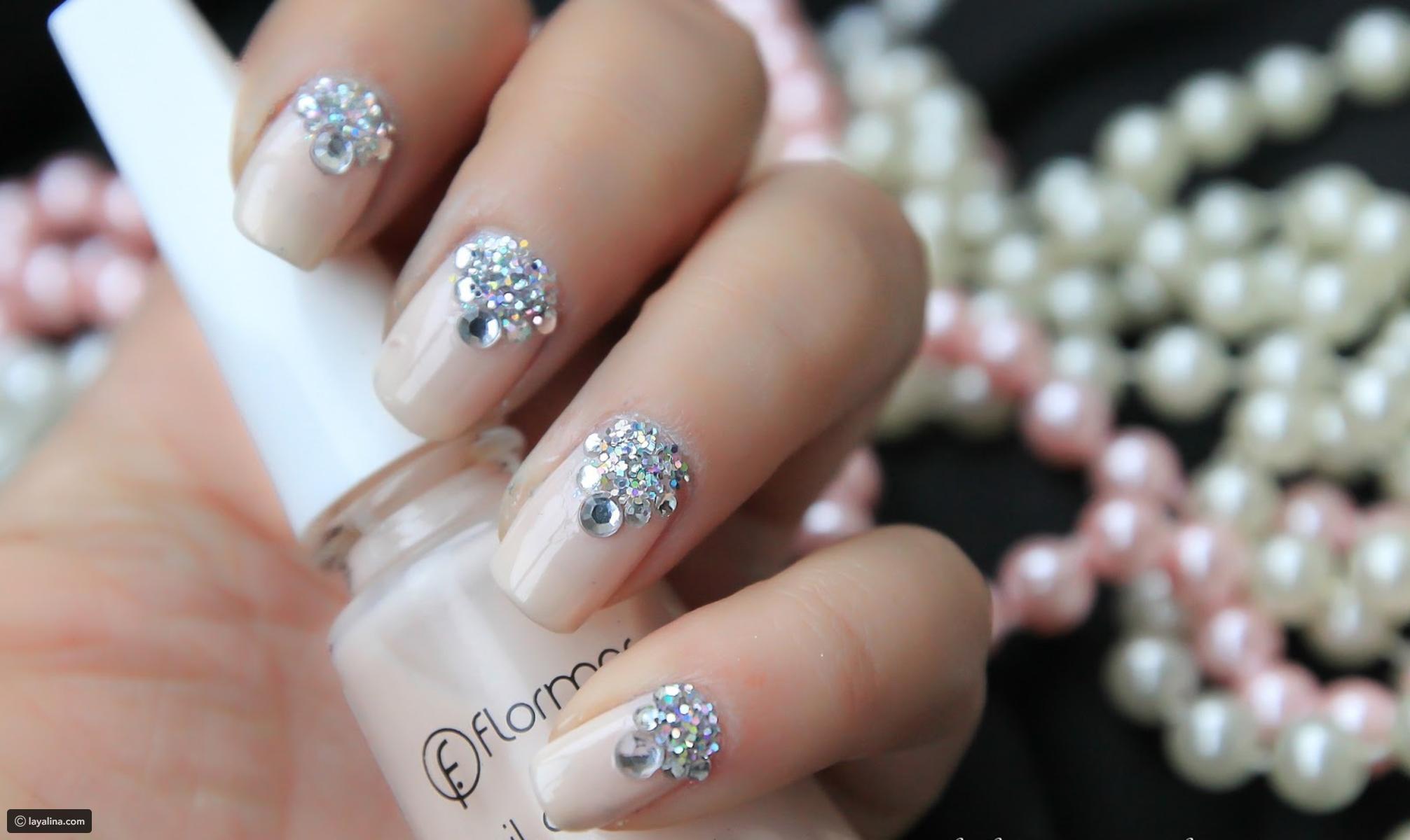 preciosos diseños de uñas con piedras, uñas pintadas en color claro con decoración de piedras brillantes