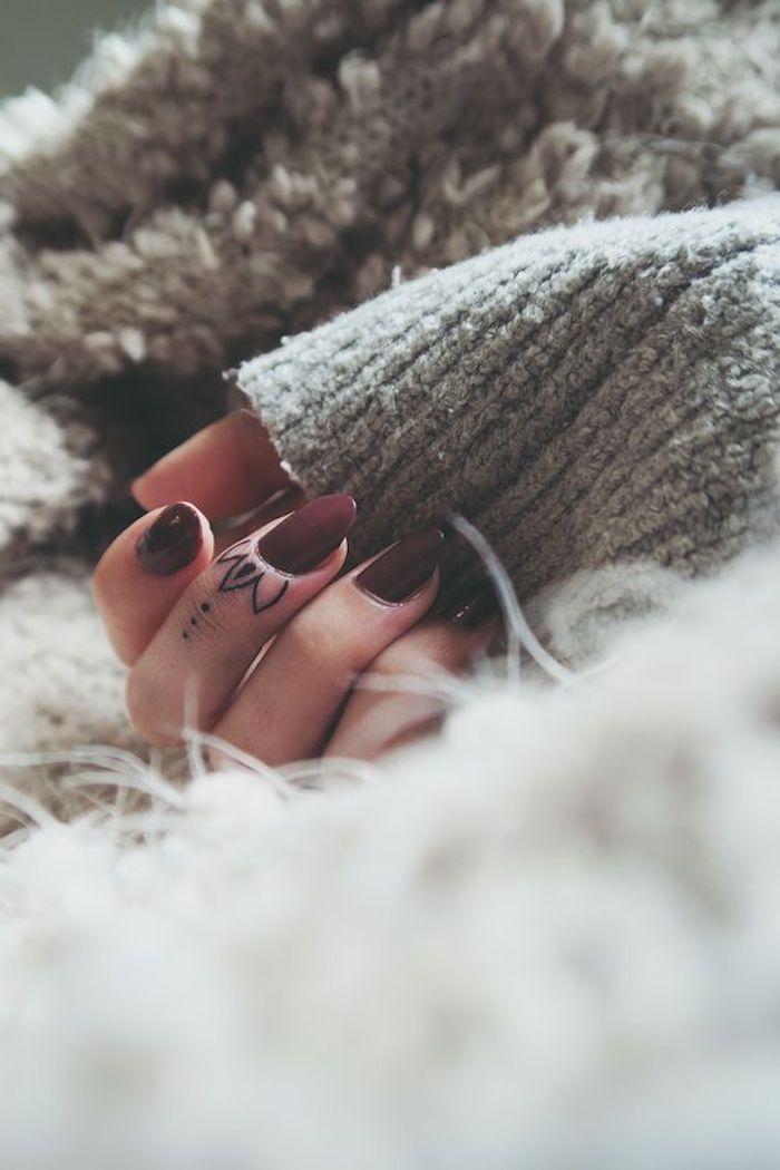 diseños bonitos para mujeres, tattoo dedos originales, tatuaje flor en el dedo corazón, originales ideas de tatuajes