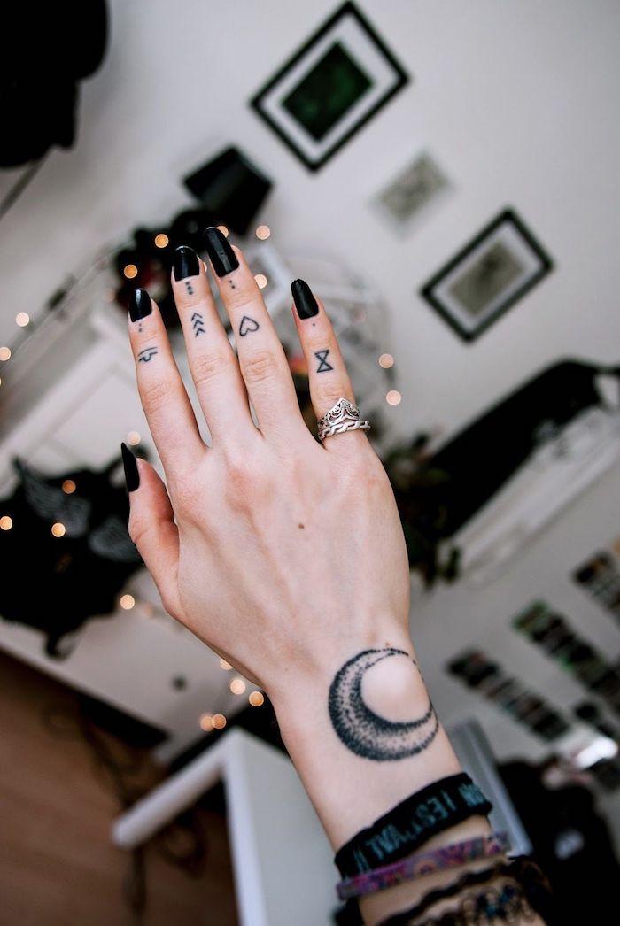 tattoo dedos minimalistas, tatuaje en cada dedo con diferentes simbolos, ideas de tatuajes con significado