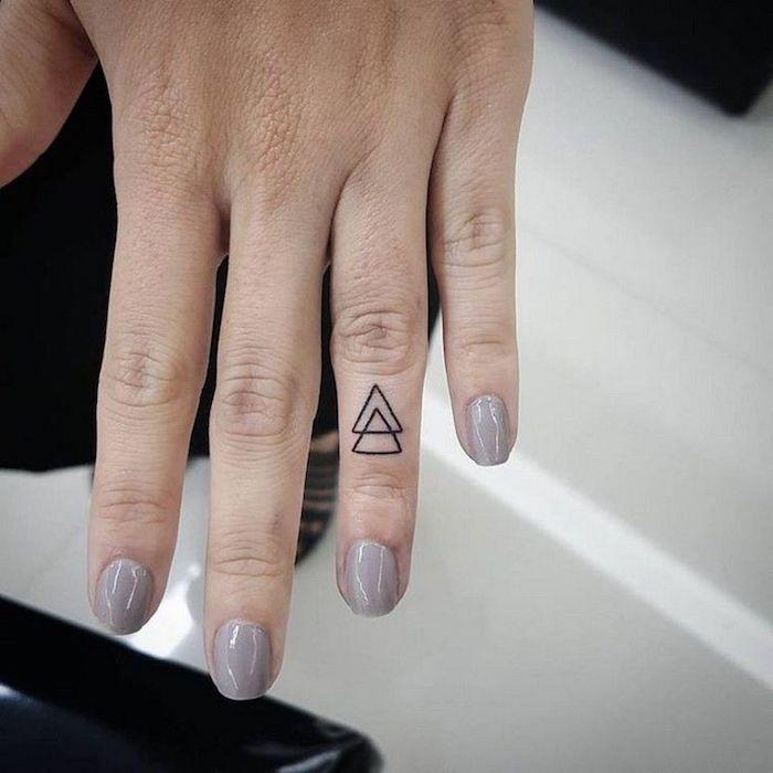 tattoos geométricos pequeños, bonitas ideas de tatuaje minimalista en el dedo anular, fotos de tatuajes