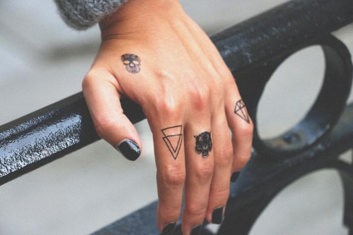 alucinantes ideas de tatuajes geométricos en los dedos, tattoo dedos oiginales pequeños con significado