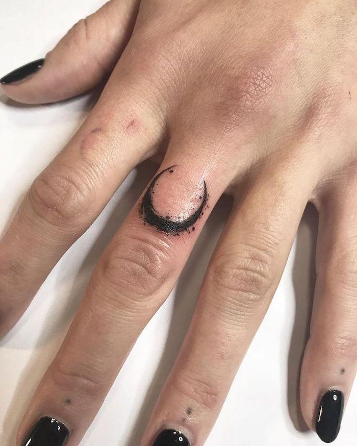 tatuaje simbólico en el dedo corazón, originales diseños de tatuajes en estilo minimalista