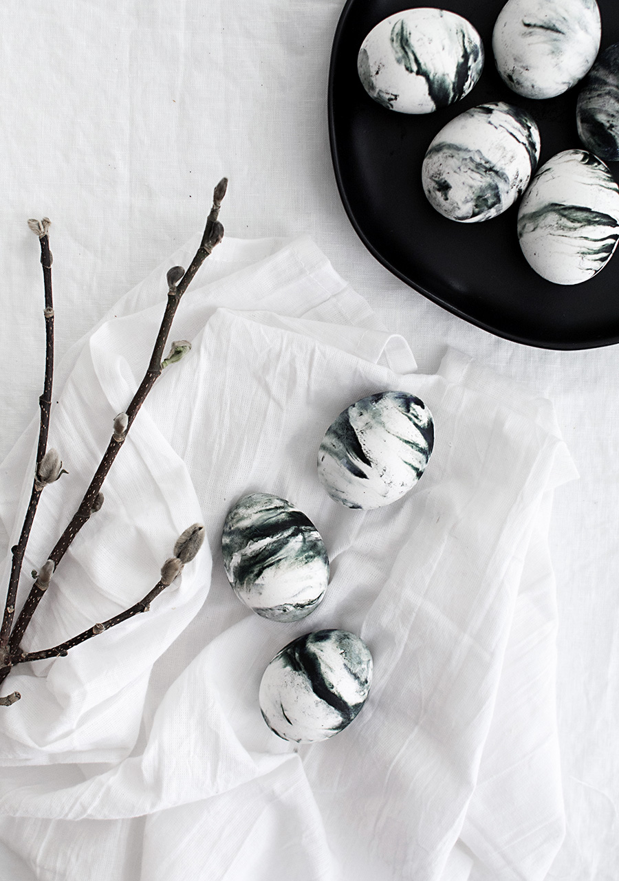 como hacer huevos de pascua en colores mármol paso a paso, huevos en blanco y negro
