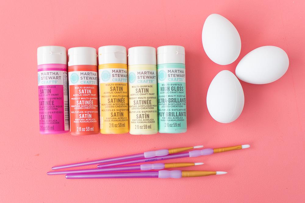 materiales necesarios para hacer huevos de pascua decorados, pinturas temperas en diferentes colores
