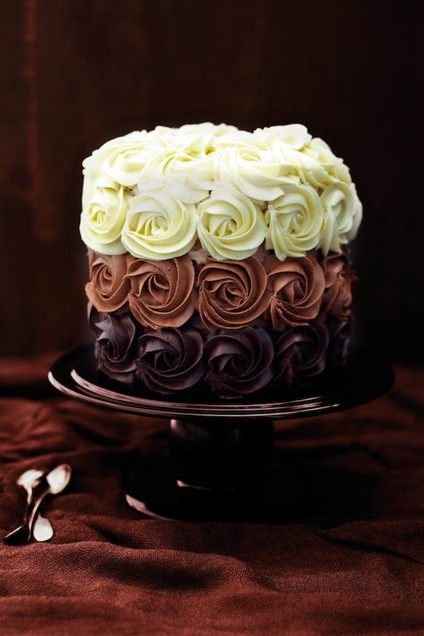 preciosa tarta decorada con chocolate negro, chocolate blanco y chocolate con leche, receta tarta tres chocolates