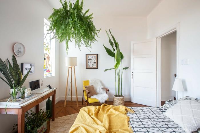 decoracion habitacion en estilo bohemio, plantas verdes, paredes blancas y elementos de madera, dormitorios matrimonio acogedores