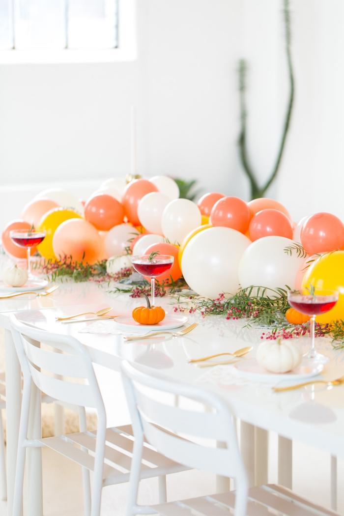 bonitas ideas de decoracion de mesas para fiestas y cumpleaños, globos coloridos colocados en el centro de la mesa