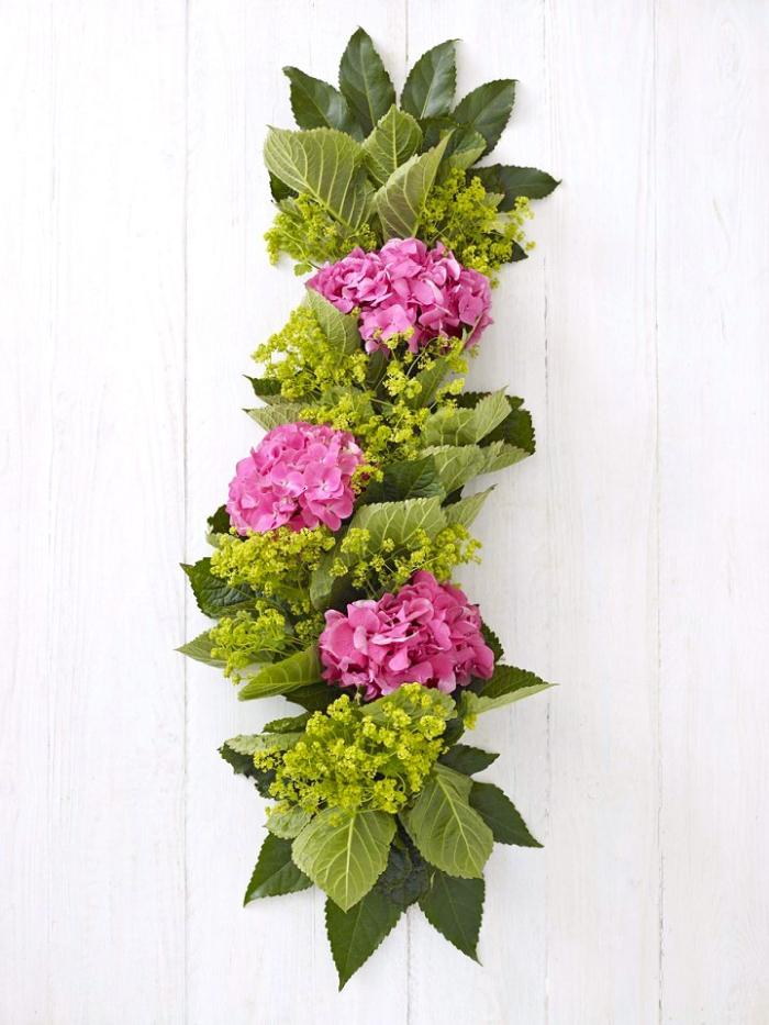 decoración de mesas con flores, hojas verdes y flores en color rosado, decoración casa con flores