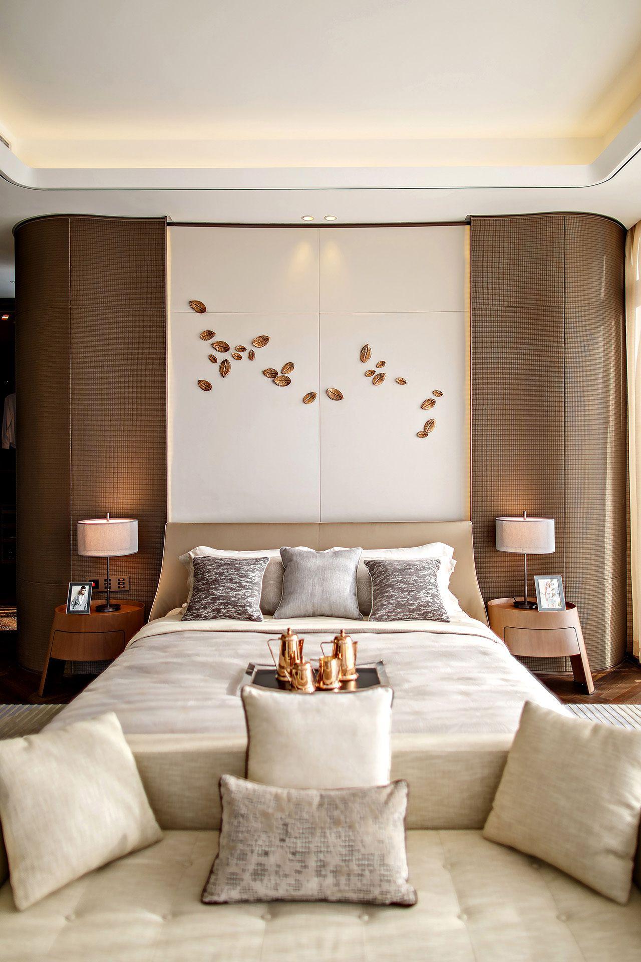 preciosas ideas de decoración habitación doble en beige, cama con cabecero super original y detalles en dorado, ideas de dormitorios de matrimonio modernos