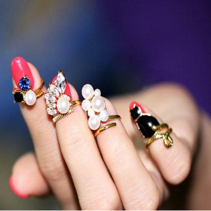 diseños exclusivos de uñas con piedras, uñas pintadas en rojo con anillos y cristales decorativos