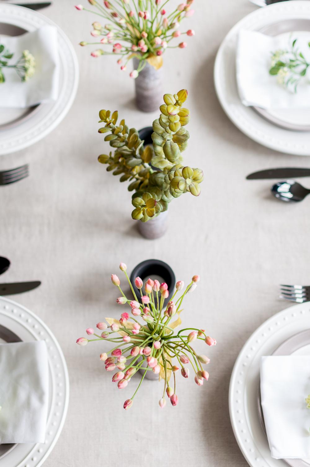 bonitos floreros hechos a mano, centro de mesa original, maneras de decoracion mesa
