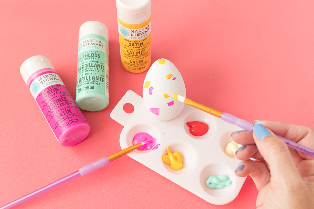 originales ideas de huevos de pascua decorados, pintar huevos para decorar la casa en primavera